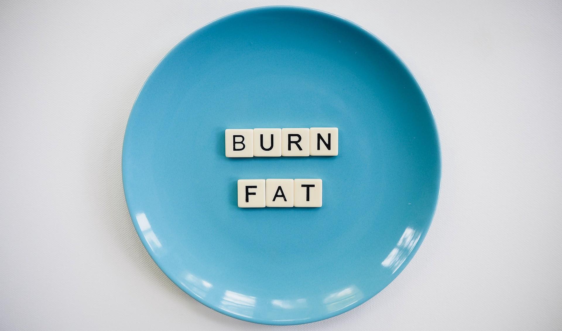 """Teller mit dem Text """"BURN FAT"""""""